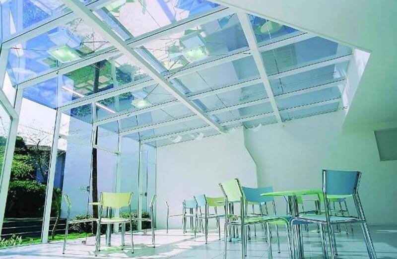 Mái che bằng kính đem đến hơi thở tươi mới cho không gian sân thượng