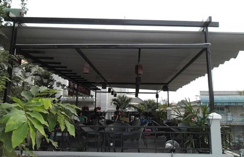 Quán café sử dụng mái che sân thượng bằng tôn