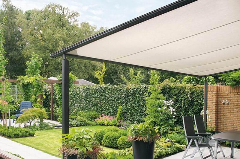 Mái che sân vườn bằng kính cho không gian hiện đại