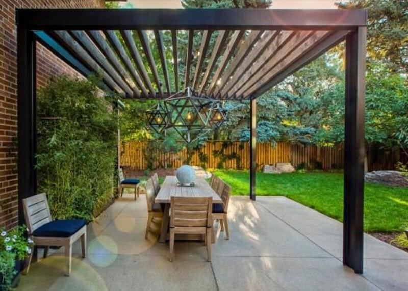 Mái hiên gỗ cùng sân vườn vô cùng thơ mộng